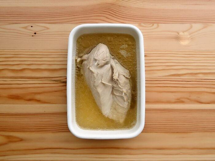 こちらは圧力鍋を使って作る蒸し鶏のレシピです。材料は、鶏むね肉とお酒だけでOKの酒蒸しタイプ。調味料が入っていないので、アレンジレシピにも使いやすい蒸し鶏です。ただその分傷みやすいことがあるので、保存前にはほぐさずにそのまま保存しましょう。こちらも、蒸し汁ごと保存します。