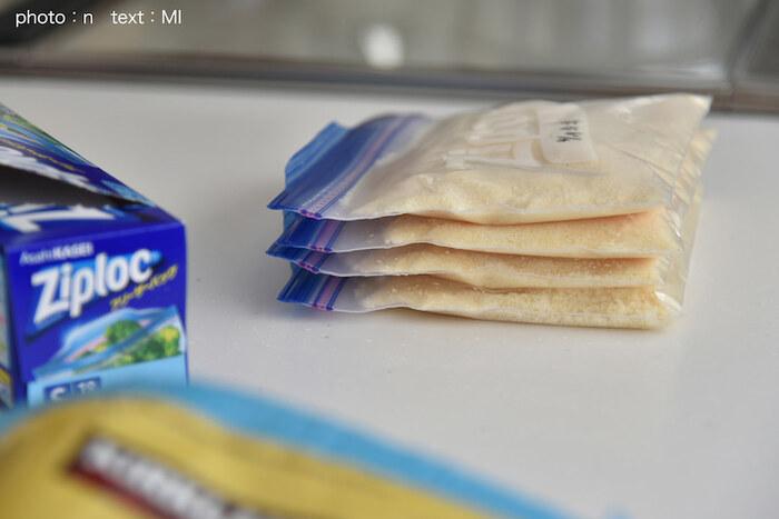おかずを平たくすると早く冷凍できて衛生的。解凍時間の短縮にもつながります。冷凍庫に収納するときも省スペースで済むのがうれしいですね。また、「冷凍焼け防止」と「におい移り予防」のためにも、冷凍用の厚手のポリ袋などに入れ、できるだけ空気に触れさせないように保存しましょう。ハンバーグや卵焼きなどはひとつひとつラップで包んでからポリ袋へ。ご飯も1食分ずつラップで包んでおくと便利です。