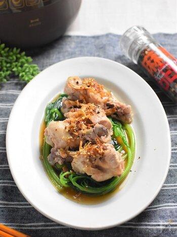 鶏手羽元だって蒸し鶏にできちゃいます♪圧力鍋で作るタイプで、放置している間にタレや野菜を準備できるお手軽なレシピ。骨から身がホロホロ取れるので、骨付き肉は食べにくくて苦手という方にもおすすめです♪