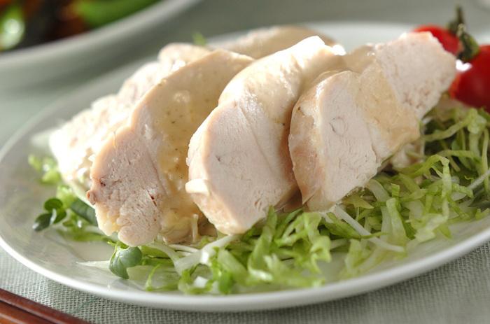 蒸し鶏自体の作り方に慣れてきたら、次は味付けにこだわってみましょう。ソースやタレの味わい次第で、さまざまな献立に似合うメインに仕上がります。こちらは、さっぱり食べたいときにぴったりのワサビの入ったマヨネーズソースで食べるレシピです。