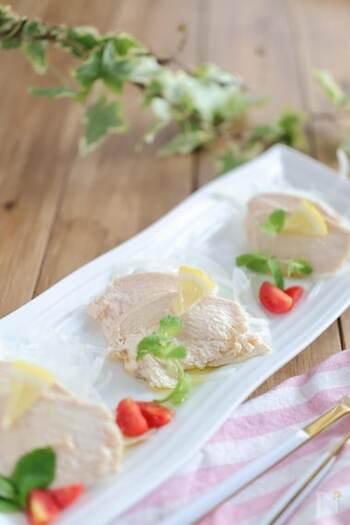 和風に限らず、蒸し鶏は洋風でもおいしく食べられます。こちらはイタリアン風味の味付けが特徴のレシピ。オリーブオイルにレモンやローズマリー、黒こしょうなどで香りを付けたおしゃれな一品です。おもてなし料理にもおすすめ♪