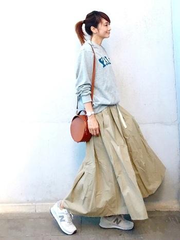 フレアなチノスカートは、チノパンを履いているときのようにスウェットを合わせ、スニーカーも合わせて。パンツではなくスカ―トにすると、軽さやシルエットに変化が出て気分が上がります。