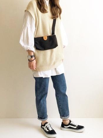 ビッグシルエットのシャツやベストには、パンツを軽くロールアップしてメリハリを。どこか少年を思わせる着こなしにするなら、ショルダーバッグにローカットのスニーカーを合わせて、小粋&アクティブに。