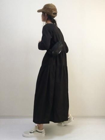 ブラックのフレアワンピースは可愛くなりすぎないし、体型カバーもできる嬉しいアイテム。気の向くままに好きなカジュアル小物を合わせて、自分らしいワンピーススタイルに。