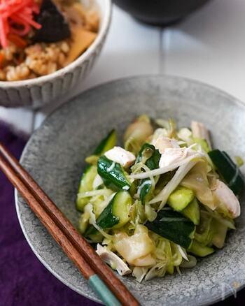 蒸し鶏は、サラダや和え物に加えるだけで簡単に小鉢などに利用できます。サラダを少しボリュームアップしたい、なんてときにもおすすめ。こちらは、ザーサイやキュウリなどと一緒に、手作りドレッシングで和えるだけで完成です♪