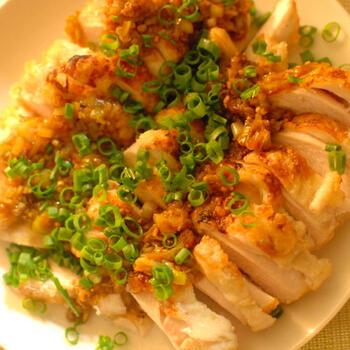 蒸し鶏を唐揚げにしてしまう斬新なアイディアです!蒸し鶏を作ったら、切らずにそのまま衣を付けて、フライパンで揚げ焼きにするのがポイント。外側はカリっと、中はしっとり柔らかい唐揚げが出来上がります。食べやすく切って、タルタルソースや中華風ソースなど、お好みの味わいで頂きましょう♪