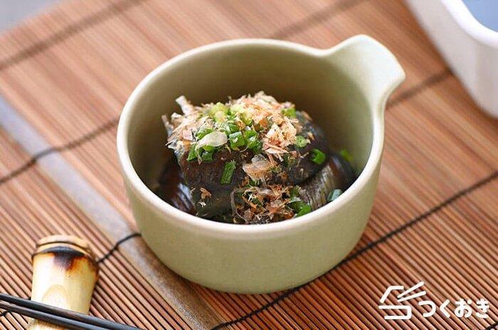 和食の定番「なすの煮びたし」は麺つゆでお手軽に。なすを炒める前に油を絡ませるのがポイントです。