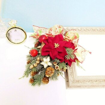 クリスマスにはスギをベースにしたスワッグを作ってみませんか?ポインセチアをポイントにすれば、クリスマスらしくて華やかに。リースよりも簡単なのですぐに作れちゃいます。