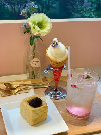 フラワーズ ベイク&アイスクリームは、日比谷花壇が運営するお花屋さんが併設されたカフェです。お花のカクテル、エデイブルフラワーがのったソフトクリーム、キューブ型のサンドイッチ風パンなど、乙女心をくすぐる可愛いメニューがずらり。店内には日比谷花壇の生花も飾ってあります。