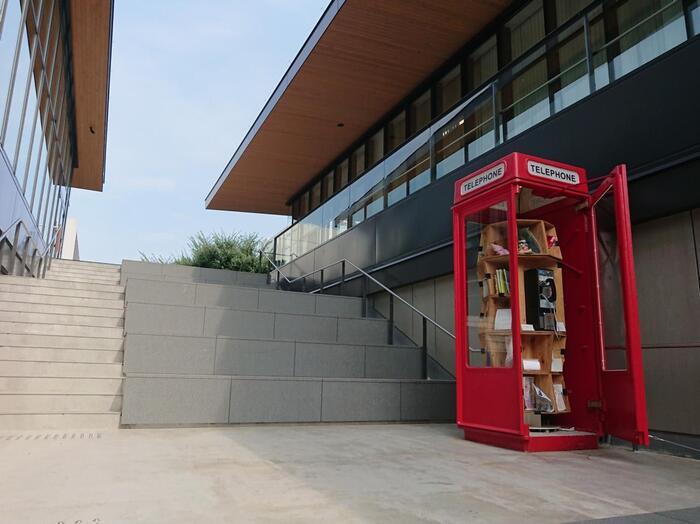 グリーンスプリングスを散策していると、こんなアートスポットを見つけることができます。携帯電話が当たり前となった今だからこそ、再発見がある。物語の世界が広がるような赤い電話ボックスの姿がとても可愛いスポットです。