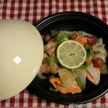 サーモンや鮭の切り身を主役に、玉ねぎやじゃがいもを加えたタジン鍋レシピ。調味料は塩麹と黒こしょうのみでシンプルに素材本来の味を引き出しています。仕上げにレモン汁や輪切りを加えても◎