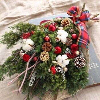 クリスマスツリーのような雰囲気のスワッグ。プリザーブドフラワーのスギにミニローズ、コットン、松ぼっくり、木の実、ガラスボールなどをたっぷりつけています。ツリーのようなにぎやかなスワッグにしたいときに真似したいデザインですね。