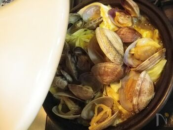 あさりのだしのうまみたっぷりのスープがキャベツの甘さを引き立てるタジン蒸し。にんにくの風味が食欲をそそります。バゲットに浸して食べるのもおすすめ。