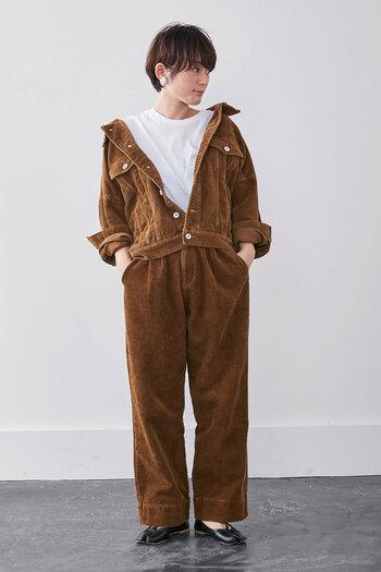 スタンダードなデザインのコーデュロイジャケットも、オフショルにして着崩せば、リラックス感の高い今っぽいスタイリングに。 抜き襟で自然にできるVラインを味方につけて、上半身をすっきり見せたり、インナーをおしゃれに見せて着るのもおすすめです。 また、襟元や手首を肌見せすれば、初秋や春先にも重くならず軽快な印象に。