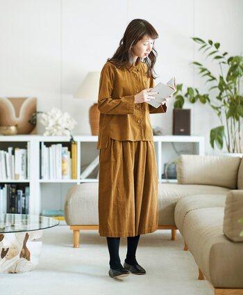 一着持っておくとコーデの幅が広がること間違いなしのセットアップ。繊細な表情の21ウェルコーデュロイ生地で、ボタンも同生地でくるみボタンになっています。前下がりな襟元や後ろ身頃のタックなど、美しいシルエットにこだわりあり。羽織にも素敵です。ボトムスは一見スカートにも見えるワイドキュロットで、着回しやすい丈感です。