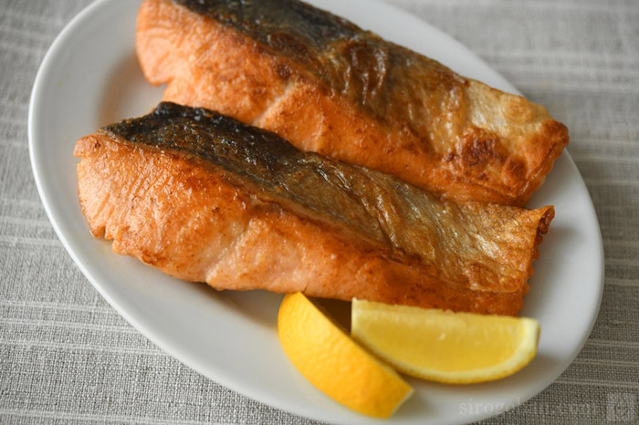 日本食でお馴染みの食材・鮭。旬は9~11月とされていて、焼いたり煮たりとさまざまなおいしさを楽しめます。これからおいしさの本番を迎える旬の鮭を、余すことなく楽しむレシピをご紹介します。