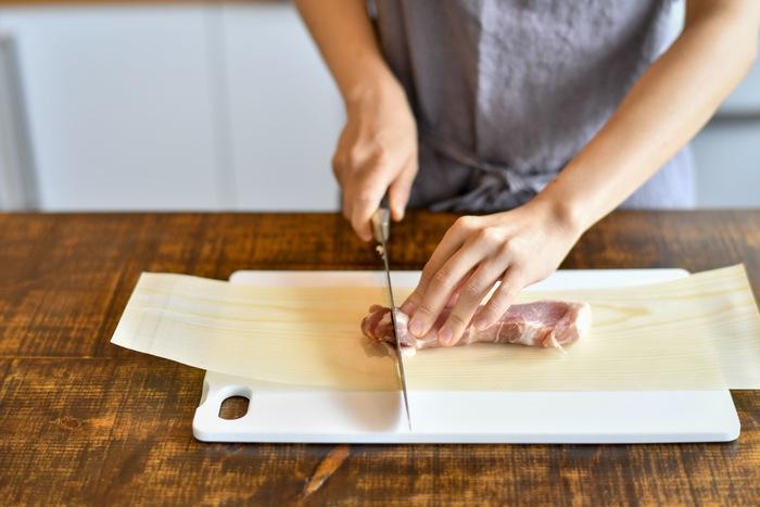においや雑菌が気になる肉や魚を切る時は、まな板に経木を敷きましょう。いちいちまな板を洗うのは面倒ですが、経木を使えば手間が省けて衛生的♪