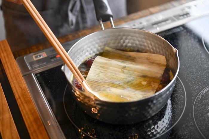 軽くて柔らかい経木の特徴をいかして、落し蓋としても使えます。煮汁をしっかり染み込ませつつ、煮崩れを防げるのがメリット。