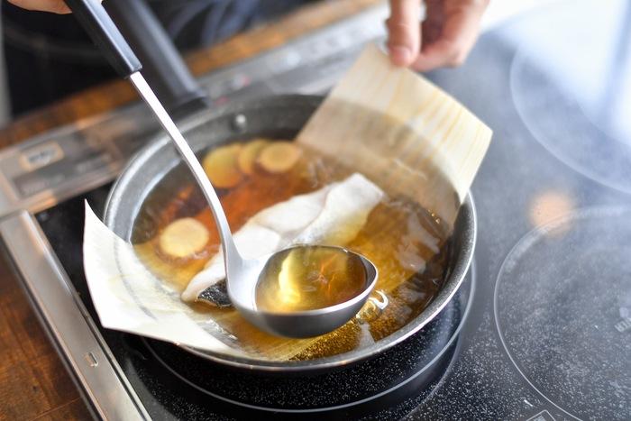 鍋底に経木を敷いて煮物を作ると、少ない煮汁でも焦げ付かず綺麗に仕上がります。盛り付ける時は経木を持ち上げてそのままお皿にIN♪崩れやすい煮魚も簡単に盛り付けられます。