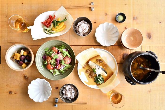 お皿に敷けば、いつもの食卓が華やかに♪特別な日やおもてなしにもぴったりですね。調理してそのまま盛り付けられるスムーズさも魅力です。