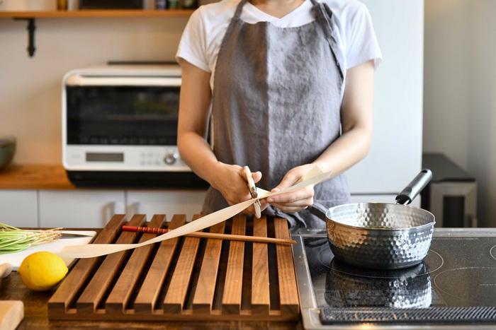 経木はハサミで簡単にカットでき、フレキシブルに使えるのも魅力です。鍋やお皿の大きさに合わせてカットすれば、無駄なく使えますね。盛り付けの幅も広がりそう♪