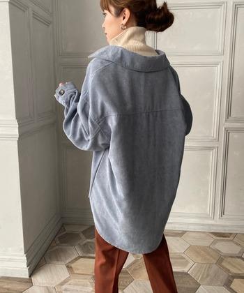 気になるデザインは様々で、デニムジャケットのようなスタンダードな型をはじめ、羽織りやすいシャツタイプやブルゾンがあります。  襟のデザインや着丈、袖の形状によって、よりカジュアル感の高いジャケットから、お仕事にもOKなきちんと感のあるジャケットなど多様なので、イメージに合わせて選ぶと良いでしょう。  意外と薄いので、レイヤードスタイルももたつくことなくキマりますよ。