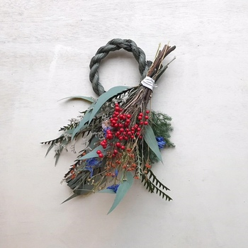 こちらのしめ縄スワッグは、和風でも洋風でも合うデザイン。こちらはしめ縄部分が取り外せるので、お正月が過ぎたあとでも飾っておけるデザインが素敵ですね。