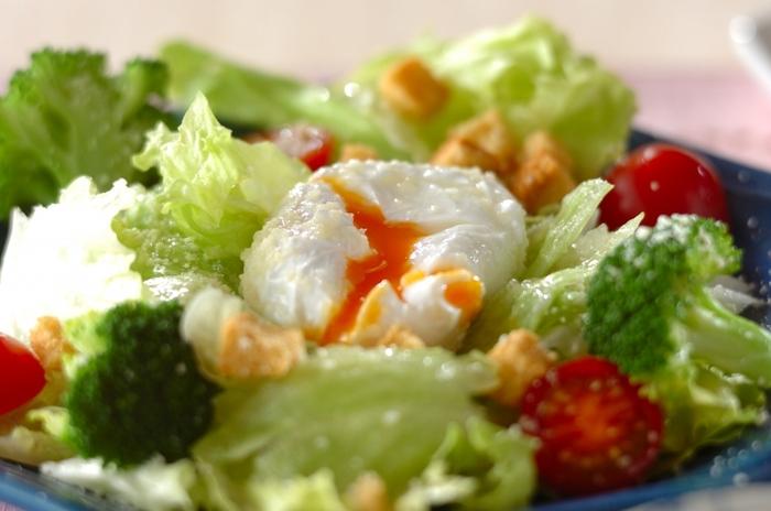 フレンチドレッシングを使ったいつものサラダも、粉チーズをふってポーチドエッグをのせるだけで、贅沢なご馳走サラダになります。写真のように、ポーチドエッグに少しナイフを入れて、とろとろの黄身が見えるようにすると綺麗ですね。