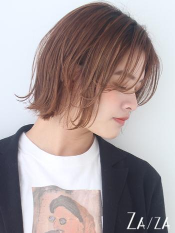 大人レディな表情と、今っぽさを兼ね備えた外はねボブ×チークバング。毛先にレイヤーを入れると動きが出やすく、テクニックいらずでスタイリングができます。シースルーの前髪なら、肌の透明感を高めてピュアな表情を作れますよ。