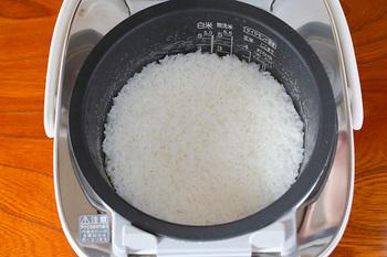 スイッチ1つでごはんが炊ける炊飯器。水加減を正確にする、炊き上がったら全体をほぐして水分を飛ばす、そんな基本を丁寧に見直すとごはんが美味しくなります。