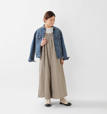 グレーのキャミワンピースに、同系色のトップスを合わせたスタイリングです。濃色のデニムジャケットを肩で羽織って、キレイめスタイルをカジュアルにアップデート。合わせる靴やバッグを買えることで、キレイめとカジュアルのバランス感を調節できます。