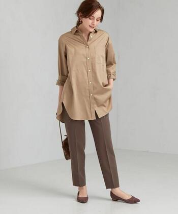 ブラウンのスティックパンツに、ベージュのシャツを合わせたベーシックなコーディネート。スタイリッシュな雰囲気で、オフィスカジュアルとしても着まわせます。足元はパンツと同系色のパンプスで、レディライクな印象に。