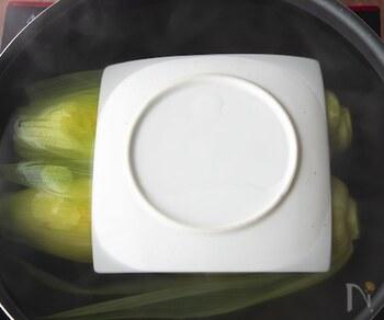 鍋より一回り小さい平らなお皿を落とし蓋にすることもできます。あまり重すぎると具材がつぶれる場合があるので、適度な重さのものを選びましょう。また、半端に余った紙皿を落とし蓋にするのもおすすめ。クッキングシートのように切りこみを入れて使いましょう。