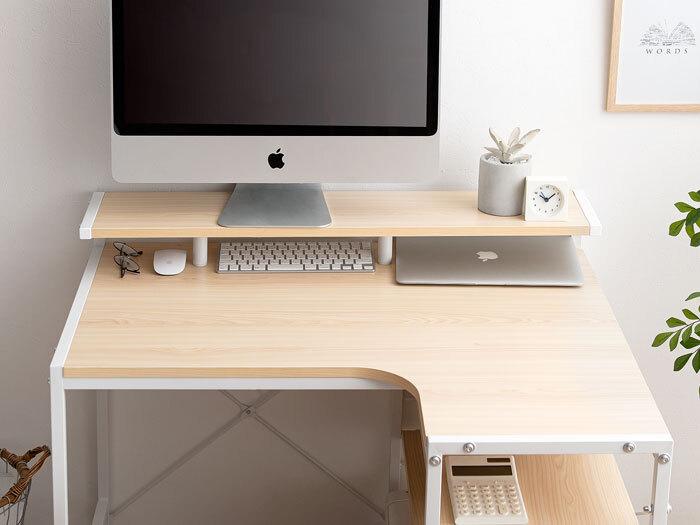 パソコンのモニターやキーボードが作業スペースを狭くしている場合は、置き方にも工夫が必要です。  始めから二段構造になっているデスクもありますが、今あるデスクを活かすならモニター台をセットするだけでも同じメリットが得られます。  デスク上を広く使えるので、ノートパソコンやタブレットを使った同時作業もスムーズです♪