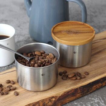 ステンレスの本体に、チーク材のフタを組み合わせたコーヒーキャニスター。樹脂パッキン付きのフタでしっかりとした密閉性があるので、コーヒー豆やコーヒー粉の保存にもぴったりです。