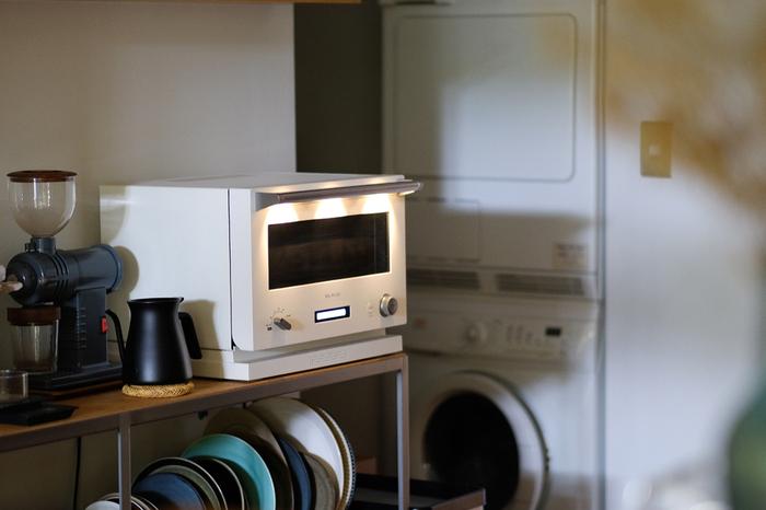 基本的には、冷蔵庫へ移し自然解凍してから再加熱します。どうしても時間がないときは電子レンジで温めることもできますが、味が悪くなってしまうことがあるのであまりおすすめしません。おかずの種類別の解凍方法は以下の通りです。  ●揚げ物…天板にクッキングシートをしき、自然解凍後(ものによっては凍ったまま)オーブンやトースターで加熱します。 ●カレーなど汁気の多いもの…自然解凍するか、電子レンジで軽く解凍後、鍋に移して温めます。 ●炒め物・茹で物…自然解凍後、炒めるか電子レンジで加熱します。 ●冷たいまま食べたいもの…流水解凍、もしくは冷蔵庫で解凍します。