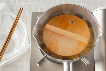 和食気分が上がりそうな木製落し蓋。穴があいているので、蒸気を逃したり菜箸で引っかけて持ち上げたりできます。また、フチが斜めになっているので出し入れしやすい特徴も。さわらの木でできており、使い始めは爽やかな香りも楽しめます。