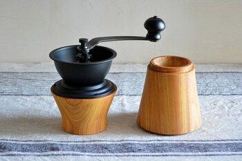 ケヤキを使用したコーヒーミルは、手引きで豆の香りをゆっくり楽しみたい方におすすめ。粗びき・中びき・細びきの3タイプから好みの挽き方を選べるので、休日のコーヒータイムにもぴったりです。