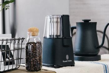 コーヒー豆の中びきなら、わずか10秒ほどで挽き終わるコーヒーグラインダー。時間のない朝や豆の準備はパッと終わらせたい方におすすめの自動タイプです。指一本で簡単に操作が可能。上品な印象のマットブラックが、おしゃれなキッチンに馴染みます。