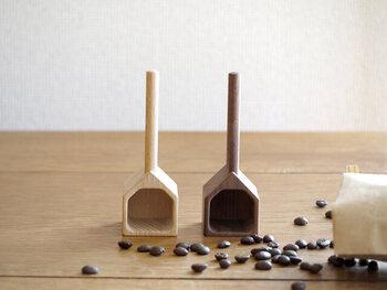 家に煙突がついたような形の、コーヒーメジャー。1杯で10gの豆を計量できます。使うほどにコーヒー豆の油がなじんで、風合いを増していくのも魅力のひとつ。素材は天然木のウォルナットとビーチの2種類から選べます。