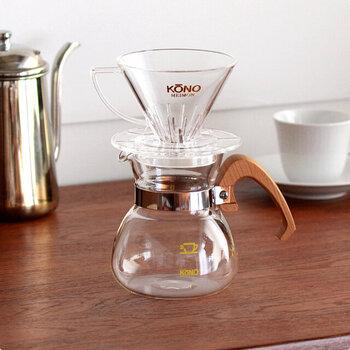 職人の手によって丁寧に作られた、木製ハンドル付きのドリッパーセットです。ドリッパー・ポット・ペーパーフィルター40枚・計量スプーン・美味しいコーヒーの淹れ方の手順説明書がセットになっているので、コーヒーさえ用意すれば本格的なドリップコーヒーを手軽に楽しむことができます。