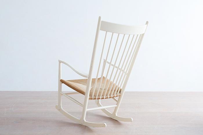 立ったり座ったりが楽なようにとデザインされた美しいアーム部分のラインは、ウェグナーがデザイン当時、身ごもっていた奥様のことを考えて工夫したというエピソードにも心が温まります。  脚は独特の接合方法がとられ、細部にまでこだわりぬいたウェグナーのデザインセンスの良さを感じることができますね。