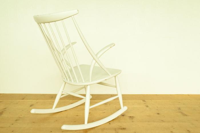 長い間、大切に使われてきた椅子らしい艶と傷がビンテージならではの良さですよね。どんな人がここでゆらゆらと楽しい時間を送っていただろうと想像してみると、きっと不思議なご縁を感じますよ。  すこし褪せたような木の質感がインテリアにも馴染みやすく、リラックス感のあるお部屋作りに役立ちそう。