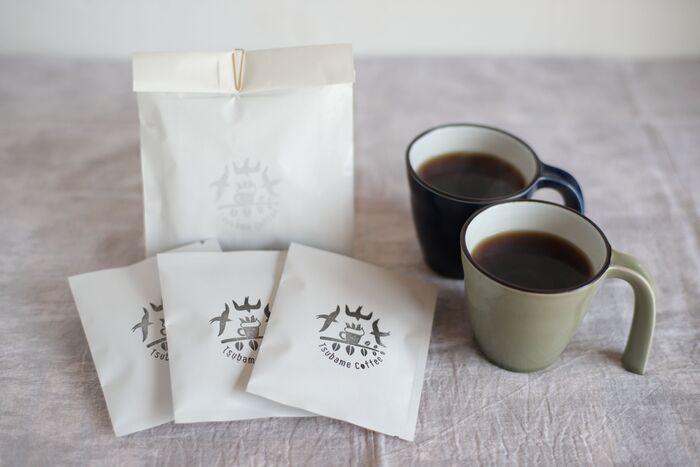 長崎県佐世保市にある「ツバメコーヒー」は米倉庫をリノベーションしたお店です。こだわりのスペシャリティーコーヒーを扱うお店で、ドリップバッグのコーヒー豆も、季節に合わせたものが厳選されています。スタンプを押したような、かわいらしいツバメとコーヒーの絵柄が素朴で素敵。
