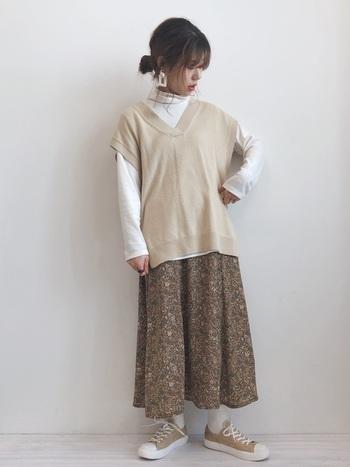 パンツスタイルだけでなく、ガーリーなロングスカートの組み合わせも◎ オーバーサイズのベスト×タートルを重ねれば、花柄のスカートもかわいくなりすぎません。