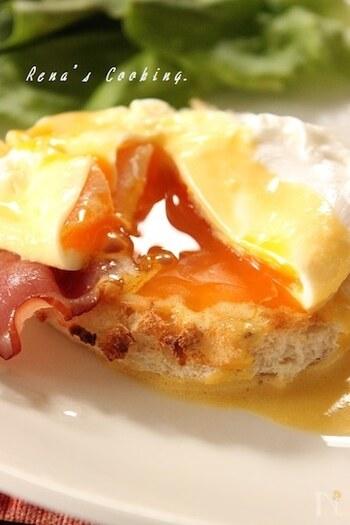 大麦入りのヘルシーな食パンを丸く型抜きして、イングリッシュマフィンの代わりに。卵を割れば、卵黄がとろりとあふれ出します。パンやベーコンの香ばしさや、卵やソースの濃厚なおいしさがお口の中で溶け合い、まさに至福のおいしさ。