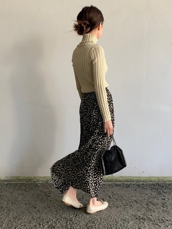 ガーリーなフレアスカートにはぴったりサイズのリブニットを。上半身のコンパクトさとボトムスのボリューム感が、メリハリのある着こなしを作ります。
