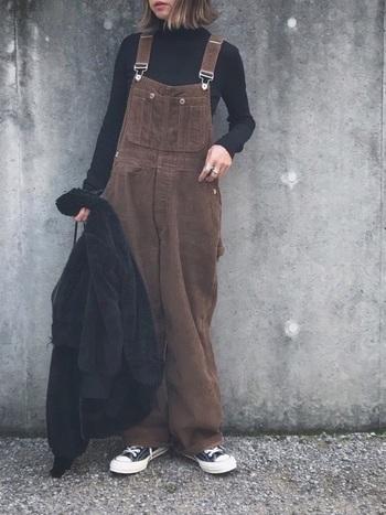 メンズライクな茶色のオーバーオールには、ぴったりとしたタートルネックを合わせて女性らしいメリハリを。ユニクロの黒のタートルネックはシンプルなので着回し力も◎
