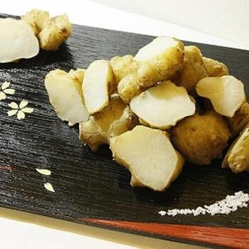 皮付きの菊芋を、土鍋で似たレシピ。塩だけのシンプルな味付けは、菊芋本来の味わいを最大限に引き出してくれます。土鍋で作るひと手間が、おいしく作るコツですよ。