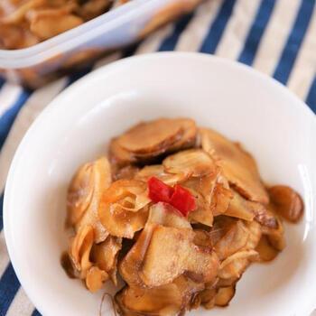 菊芋を皮付きのままスライスして漬物に。調味料を沸騰させたお鍋で、ぐつぐつ煮るので作り置きにも。おつまみやごはんのお供にいかがでしょうか。